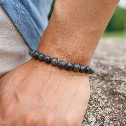 Bracelet en pierre de labradorite en perles de 6mm porté au poignet