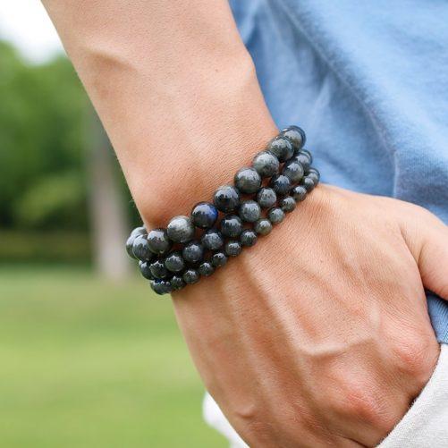 Bracelet en pierre de labradorite en perles porté au poignet