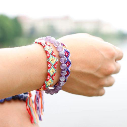 Bracelet pierre améthyste au poignet