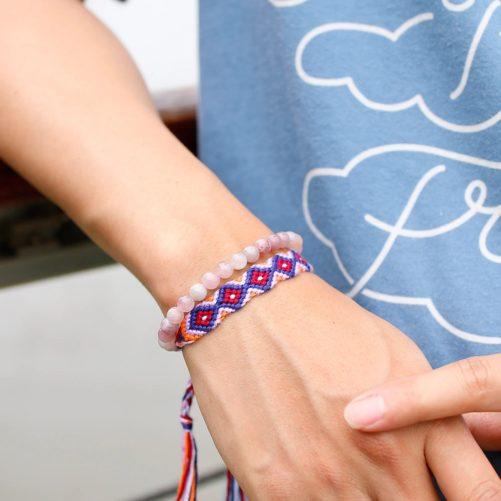Bracelet en quartz rose au poignet