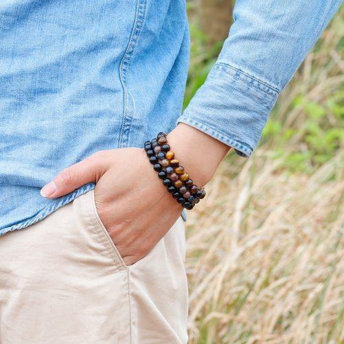 Bracelet œil de tigre avec des perles de 6mm porté au poignet