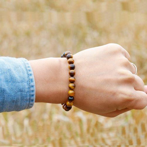 Bracelet œil de tigre avec des perles de 8mm porté au poignet